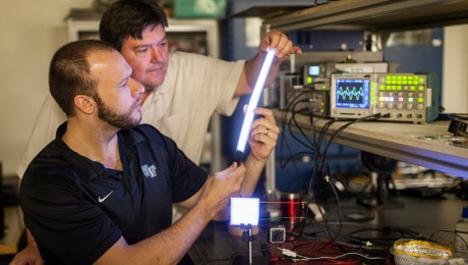 El profesor de física David Carroll de la Universidad Wake Forest, en Carolina del Norte, junto con el estudiante Greg Smith