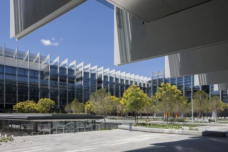 Jardín interior y detalle de las estructuras que rodean los edificios del Campus Repsol