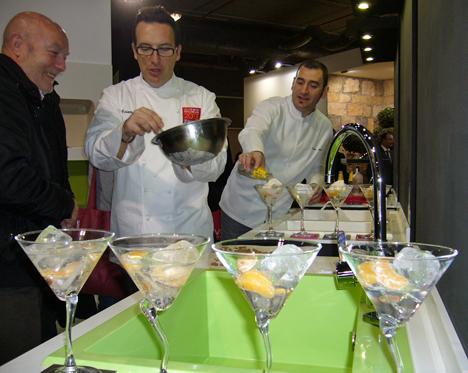Presentación del nuevo biomaterial de Poalgi con el espectáculo de coctelería que ha realizado Ciriaco, Coctelero de la Guía Michelín, acompañado del chef Quique Barella