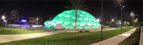 Vista noctura de cúpula de la Plaza Milenio