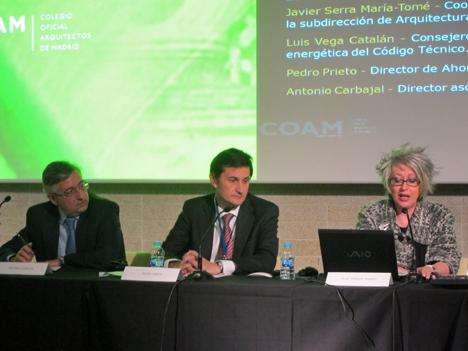 De izq. a dcha.: Antonio Carbajal, Director asociado de Garrigues Medio Ambiente, Pedro Prieto, Director de Ahorro y Eficiencia Energética del IDAE y Pilar Pereda, Secretario de la Junta de Gobierno de COAM
