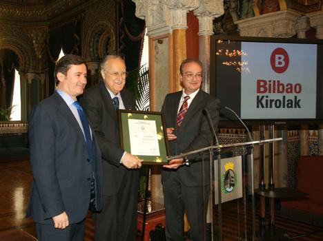 En la imagen, de izqda. a dcha., el Director General de FERROSER, Juan Ignacio Beltrán García-Echániz; el Alcalde de Bilbao, Iñaki Azkuna y el Director General de AENOR, Avelino Brito, en la entrega del certificado