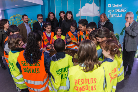 Los alunnos en el interior de aula móvil de la Escuela de Reciclaje