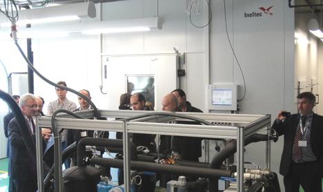 Miquel Arbona, CEO de MENERGA ESPAÑA y otros asistentes durante la visita a las instalaciones del laboratorio