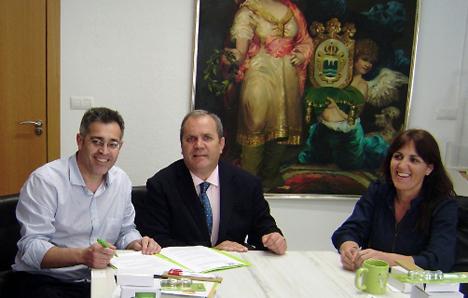De izquierda a derecha: Antonio Martínez Pascual, Presidente del Consorcio (y alcalde de Olula del Río), Enrique Ortiz, Delegado comercial de Ambilamp y Carmen Moncada, Técnica de Medioambiente del Consorcio