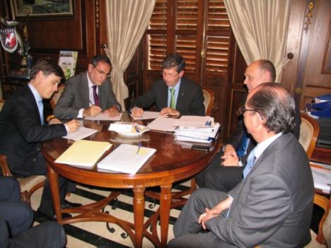 Firma del acuerdo entre el Alcalde de Castellón, Alfonso Bataller, junto con la Universitat Jaume I y la empresa BP, para la creación de la Fundación para la Eficiencia Energética de la Comunidad Valenciana