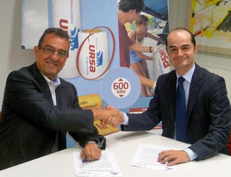 la firma entre el Director de Marketing de URSA Insultaion, Efrén del Pino (izquierda) y el Director General de Green Building Council España, Luis Álvarez- Ude (derecha)