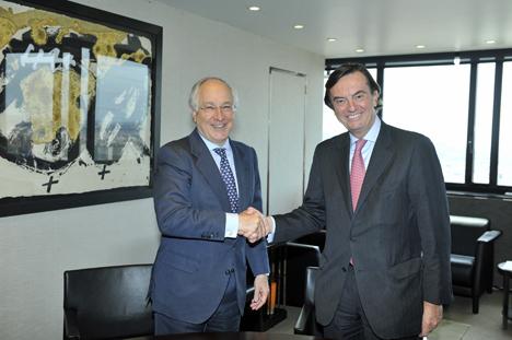 A la izquierda, Juan María Nin, vicepresidente y consejero delegado de CaixaBank, y a la derecha, Carlos Guille, director general adjunto del departamento de Operaciones del BEI