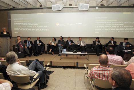 El Colegio Oficial de Arquitectos de Madrid (COAM) celebró una mesa redonda en la que se ha debatido sobre el procedimiento para la certificación energética regulado en Real Decreto 235/2013 con representantes de la Comunidad de Madrid, administradores de fincas, organizaciones de consumidores, abogados, notarios y API's