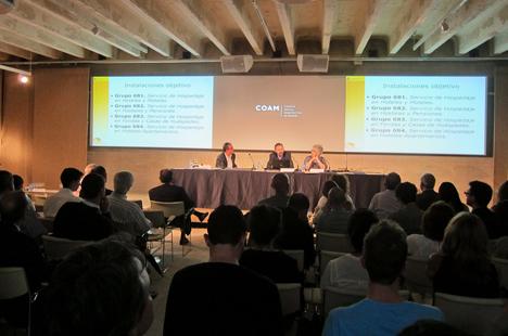 En el centro, el Subdirector General de la OECC, Eduardo González, a la izquierda, el Director General de Green Building Council España (GBCE), Luis Álvarez-Ude