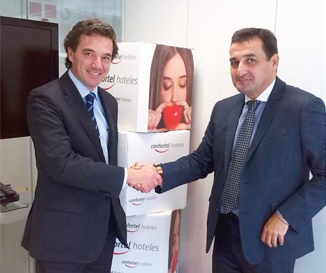 El acuerdo fue suscrito por el director general de Confortel Hoteles, José Ángel Preciados, y por el presidente del International Council of Sustainable Buildings and Energy, Antonio Montaño