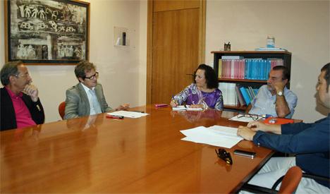 Yolanda Muñoz en el encuentro mantenido la pasada semana con el presidente y resto de equipo directivo del Colegio de Aparejadores de la Región de Murcia