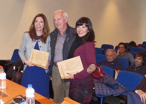 Manuel Araucua entrega el diploma a las ganadoras del premio Bertoko Zuraz Eraikitzen