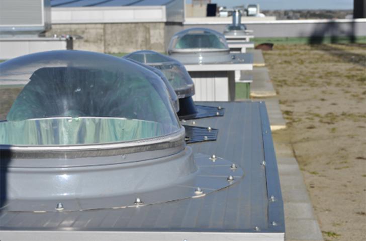 Pozos de luz vistos desde la cubierta vegetal del edificio