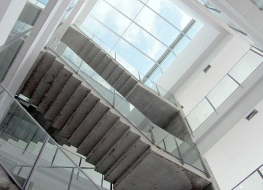 Vidrio fotovoltaico en lucernario sobre caja de escaleras