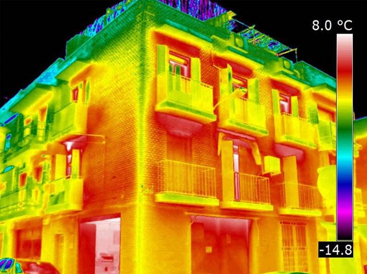 Termografía general del edificio, con la paleta de colores Arco iris, para mostrar los principales puentes térmicos.