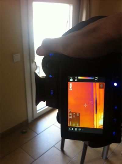 Imagen 4: durante un test de estanqueidad y la localización de las infiltraciones de aire