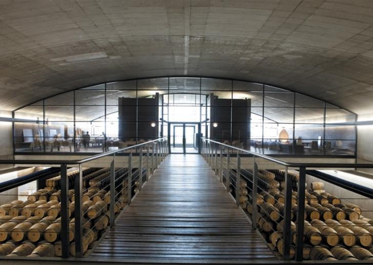 Interior de la bodega en La Rioja