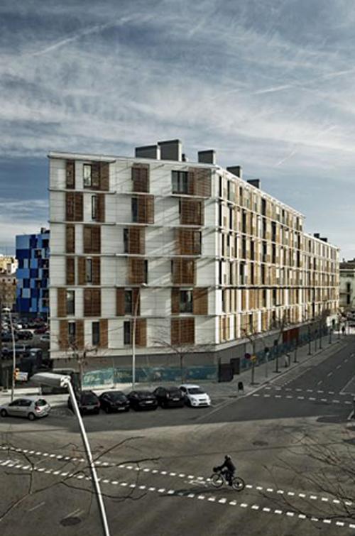 Vista exterior del bloque lineal recayente a la calle. Fuente: archivo Patronato Municipal de la vivienda de Barcelona.