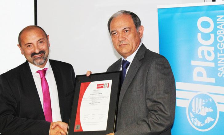 La firma Bureau Veritas entrega las DAP al director general de Saint-Gobain Placo Ibérica, Víctor Bautista