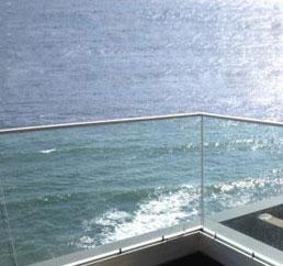 Barandillas fotovoltaicas en un hotel en Nápoles