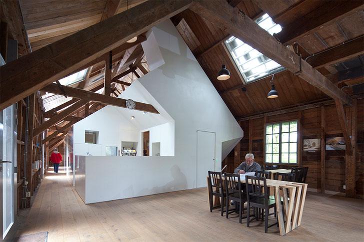 Caseta de Hi Macs y mobiliario con maderas recicladas de Fort Asperen