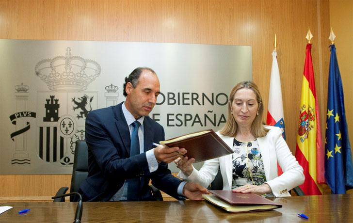 Ignacio Diego firma el convenio con Ana Pastor