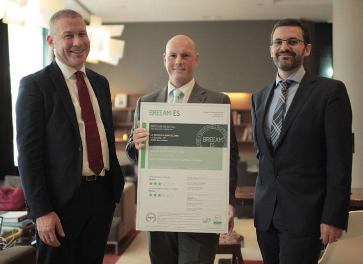 Antonio Adarve, Chief Engineering & Security Manager del hotel (en el centro de la foto), ha recibido el certificado de manos de Martin Townsend, BREEAM® Global Director of Sustainability, y de Óscar Martinez, Director en España
