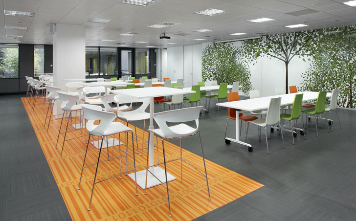 Ofita amuebla la nueva sede corporativa del grupo ab volvo for Comedor para oficina
