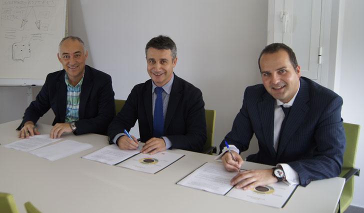 En la firma del convenio han estado presentes el director de AIJU, Manuel Aragonés, el gerente de ACTECO, Jorge Ramis, y el director de CEMEX en la planta de Alicante, Óscar Nasarre.