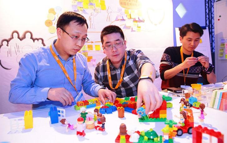 Los grupos debaten sobre sus proyectos sociales y construyeron un prototipo