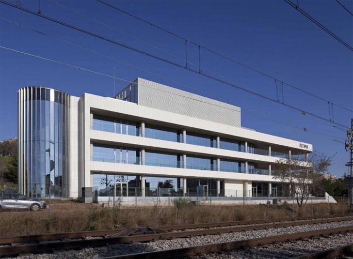 Tanatorio de L´Hospitalet con fachada ventilada de ULMA