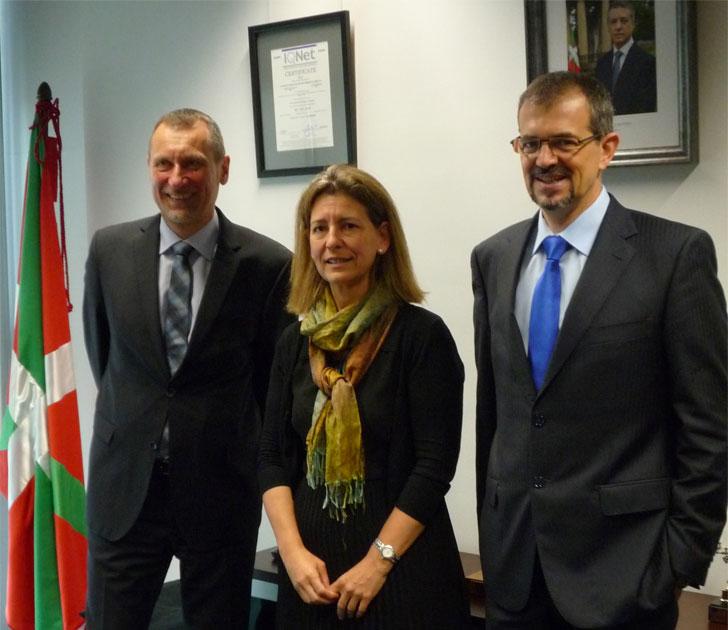 Ana Oregi, Consejera de Medio Ambiente y Política Territorial del Gobierno Vasco, junto a Wolfgang Teubner, Director Regional de ICLEI Europa, y Javier Agirre, de Ihobe,