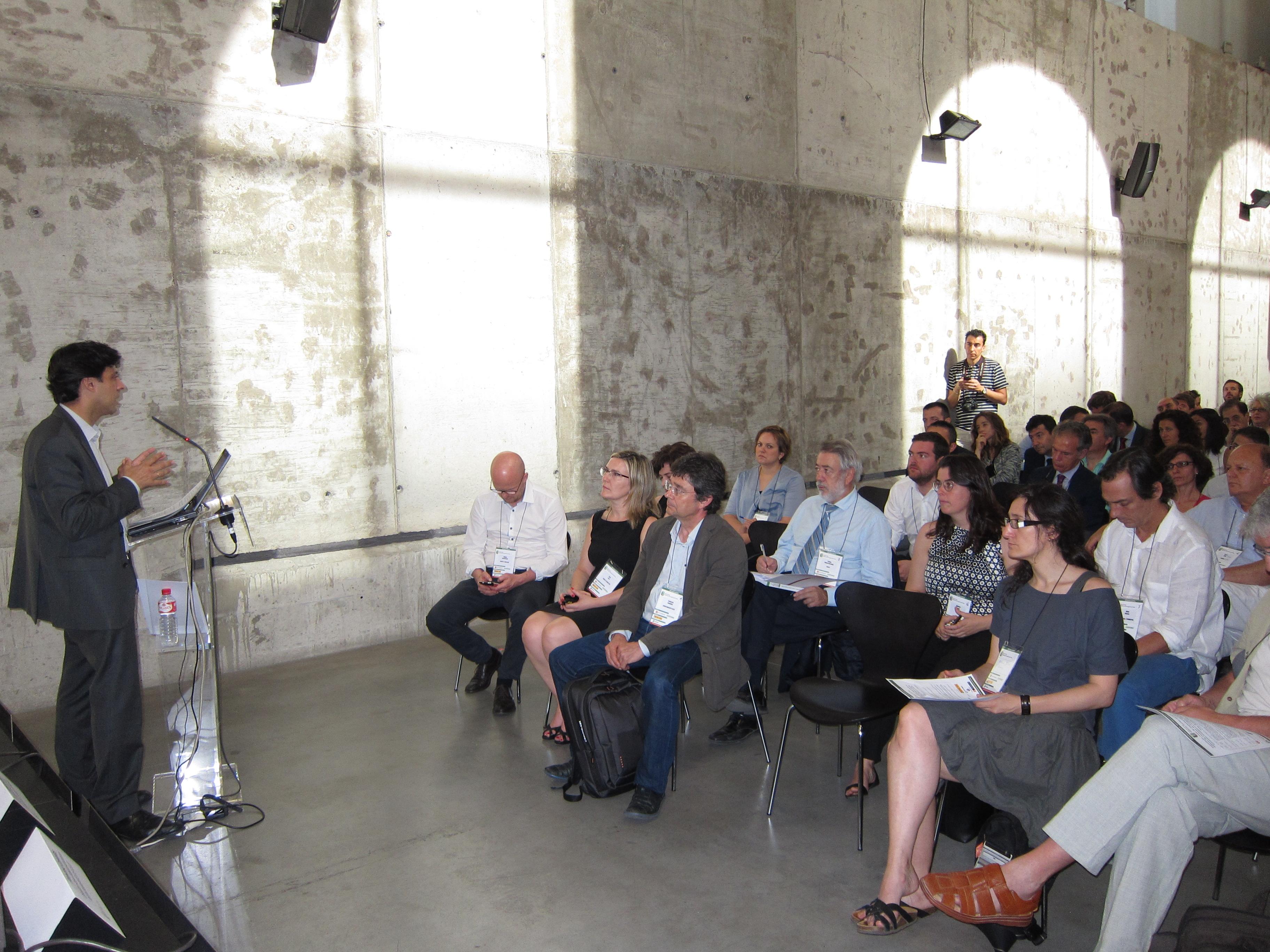 Javier Marin da la bienvenida a los participantes.