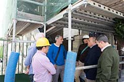 El consejero Zarraluqui visita obras de instalación de envolvente térmica.