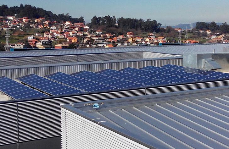 Placas fotovoltaicas para generar energía eléctrica.