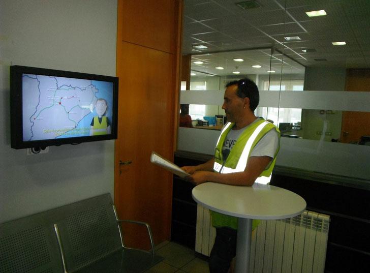 Empleado ante las nuevas pantallas de seguridad de Knauf.