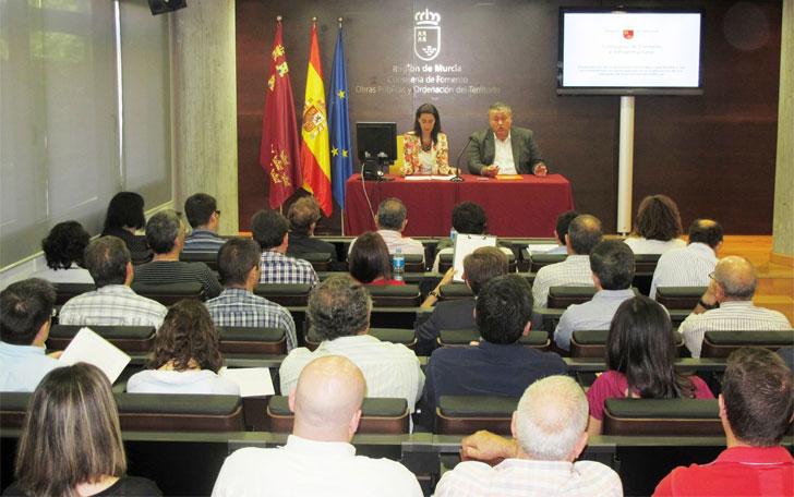 El consejero de Fomento e Infraestructuras, Francisco Bernabé, acompañado por la directora general de Ordenación del Territorio y Vivienda, Nuria Fuentes.