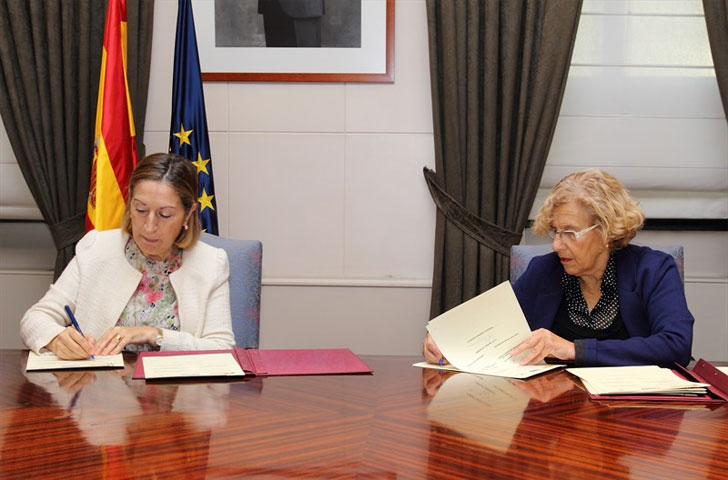 Manuela Carmena y Ana Pastor en la firma de los convenios de rehabilitación.