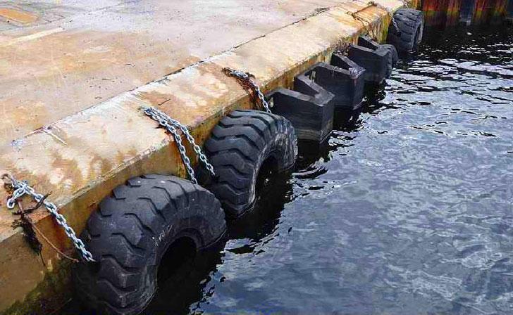 Neumáticos reutilizados en el muelle de Bilbao.