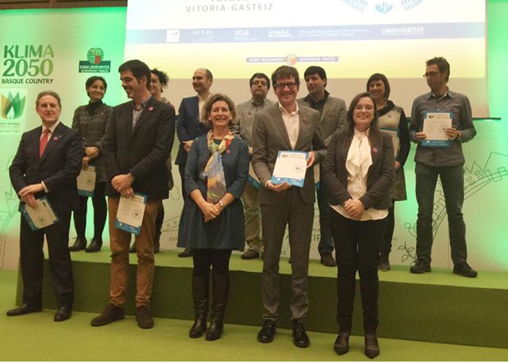 El alcalde de Vitoria recoge el diploma como miembro de 'Compact of mayors'.