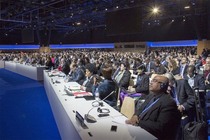 Los presentes escuchan los discursos de los líderes internacionales.