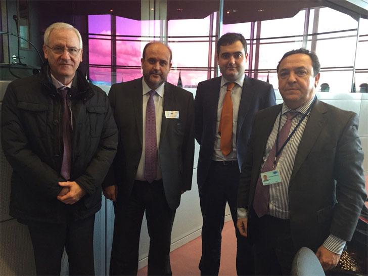 El vicepresidente del Gobierno de Castilla-La Mancha, José Luis Martínez Guijarro, reunido con Miguel Tertre, en Bruselas.