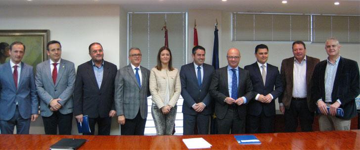 Representantes de los municipios comprometidos con el ahorro energético en Murcia.
