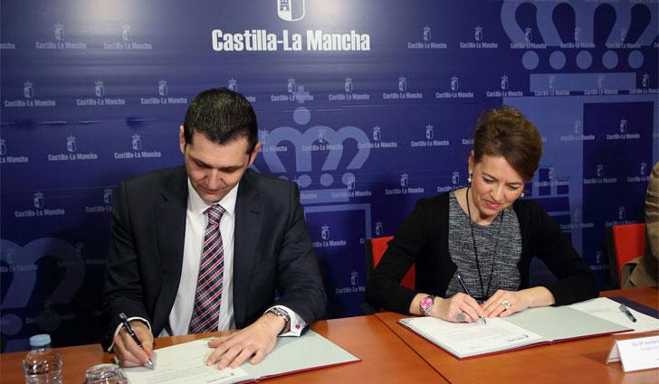 Consejera de Bienestar Social, Aurelia Sánchez, y el delegado de Negocios Minoristas de Gas Natural Fenosa en Castilla-La Mancha y Extremadura, Miguel Duarte, firman el acuerdo.