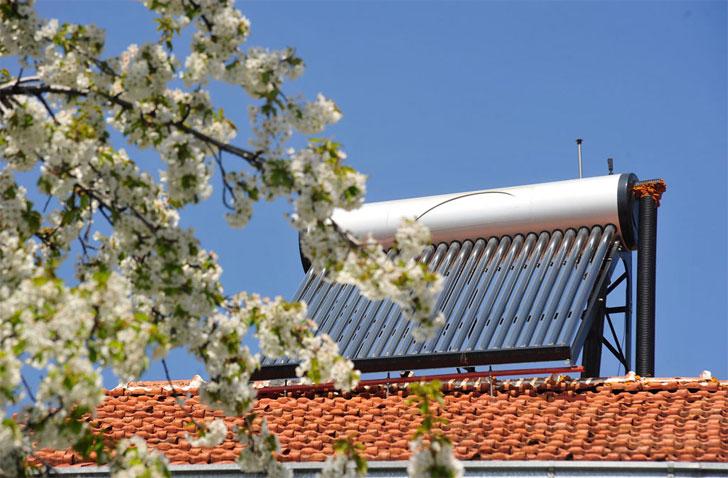 Calentador solar en el techo de un edificio.