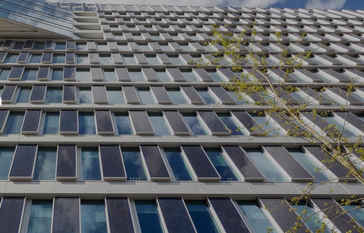 Paneles solares de la fachada sur del edificio.