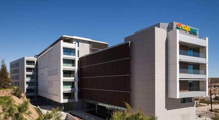 Tres tipos de fachada en el edifico de cajamar en almer a for Oficinas de cajamar