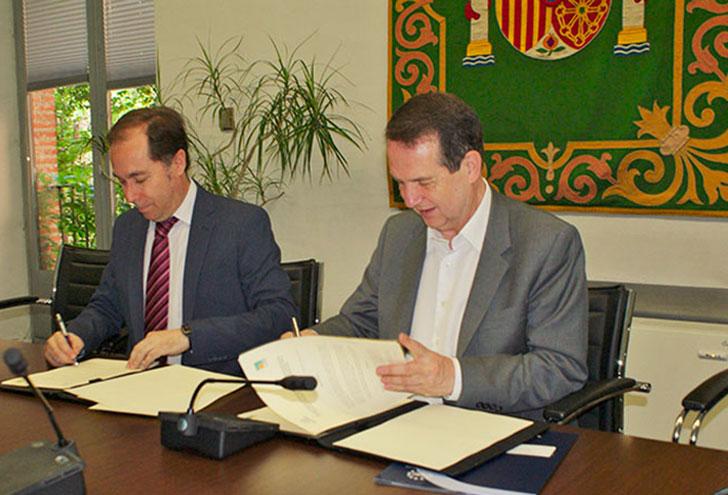 Firma del acuerdo entre FEMP y Fundación La Casa que Ahorra para apostar por la eficiencia energética en viviendas.