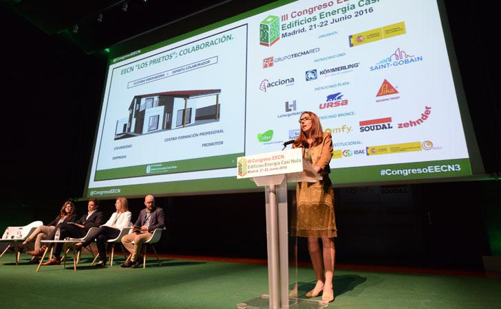 Ana Isabel Menéndez durante su ponenncia sobre las soluciones pasivas, activas y la tecnología para el control domótico.
